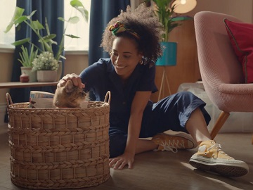 eBay Mixed Race Curly Girl and Cat Advert / Commercial